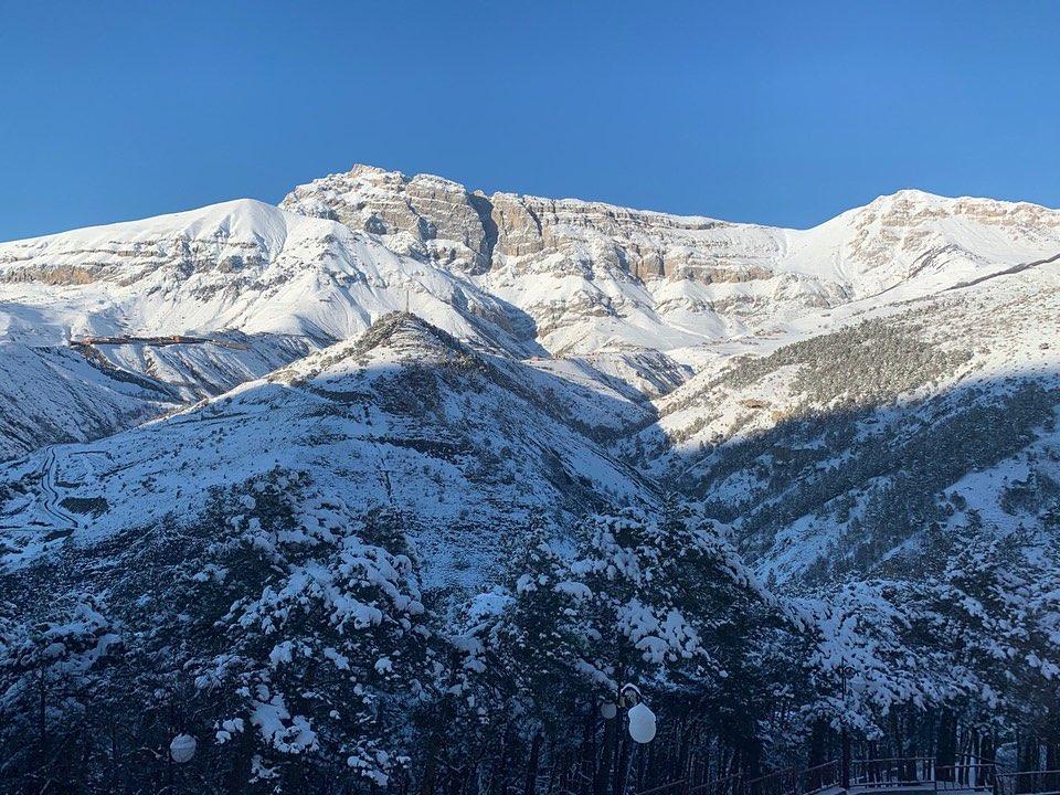 Вид на седой незыблемый Кавказ, в снегах, горящих, как алмаз, с...